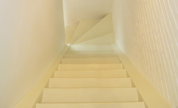 Escalier peint en blanc
