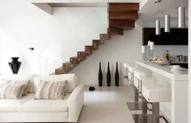 Escalier moderne dans la salle de séjour