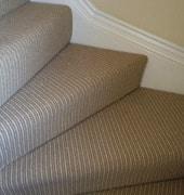 revêtir l'escalier avec le tapis