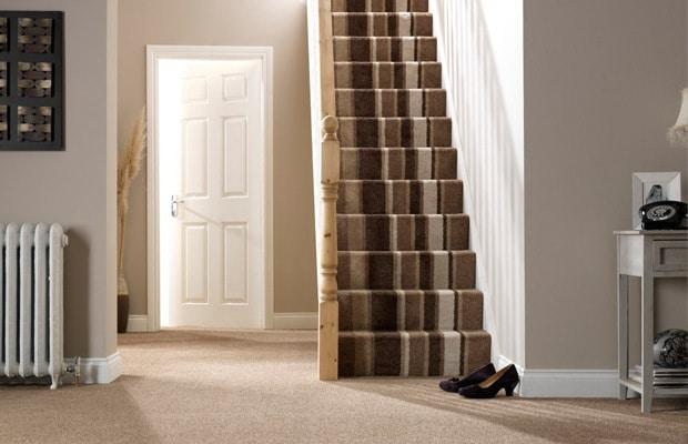 Escalier avec un tapis rayé
