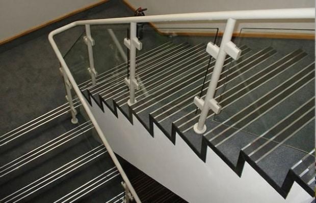 Escalier revêti avec le marmoleum