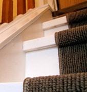 Finition de l'escalier à l'aide d'un tapis d'escalier