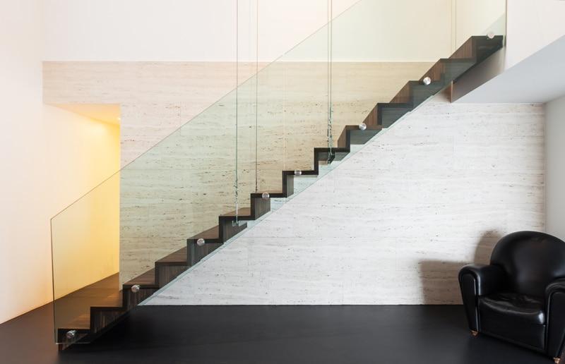 Escalier design équipé d'une balustrade en verre