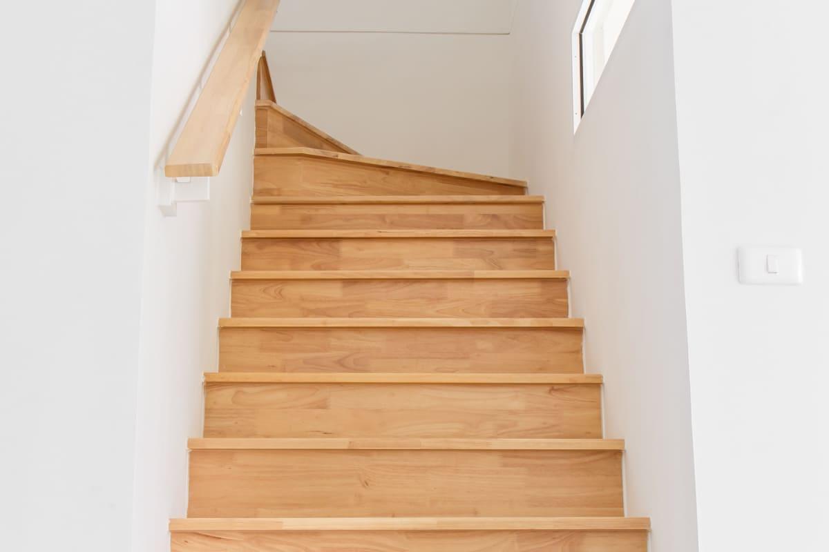 escalier en colimaçon rustique en bois