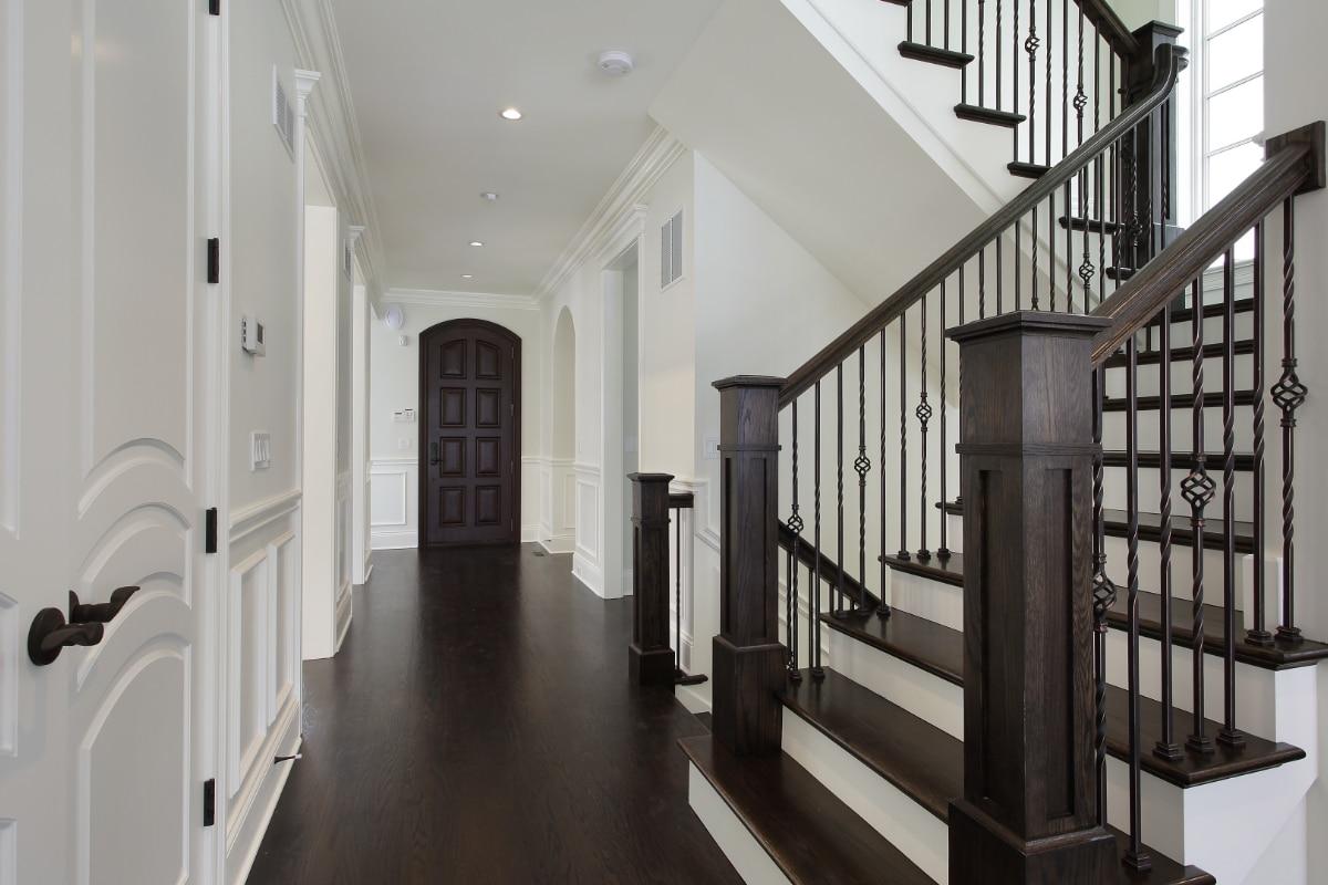 escaliers rustiques en noir et blanc