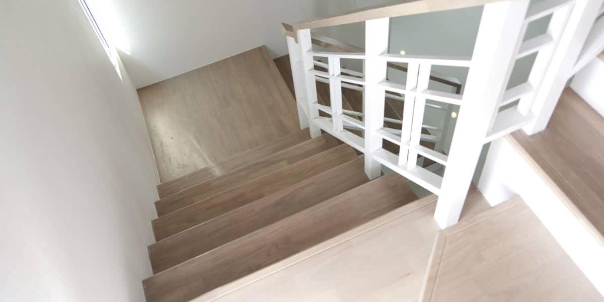 escalier bois rampe